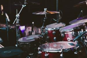 tocar bateria
